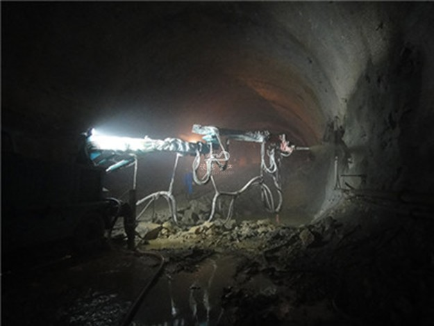 Concrete spray system used in tunnel
