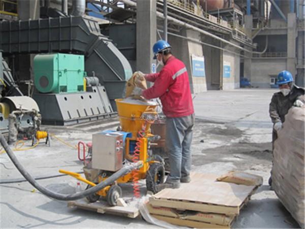 Refractory gunning machine for spraying refractory
